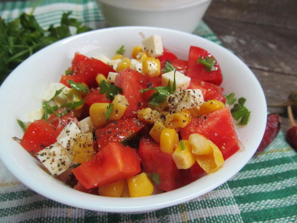 Рецепты салатов с кукурузой и брынзой, беконом, грудинкой, сосисками