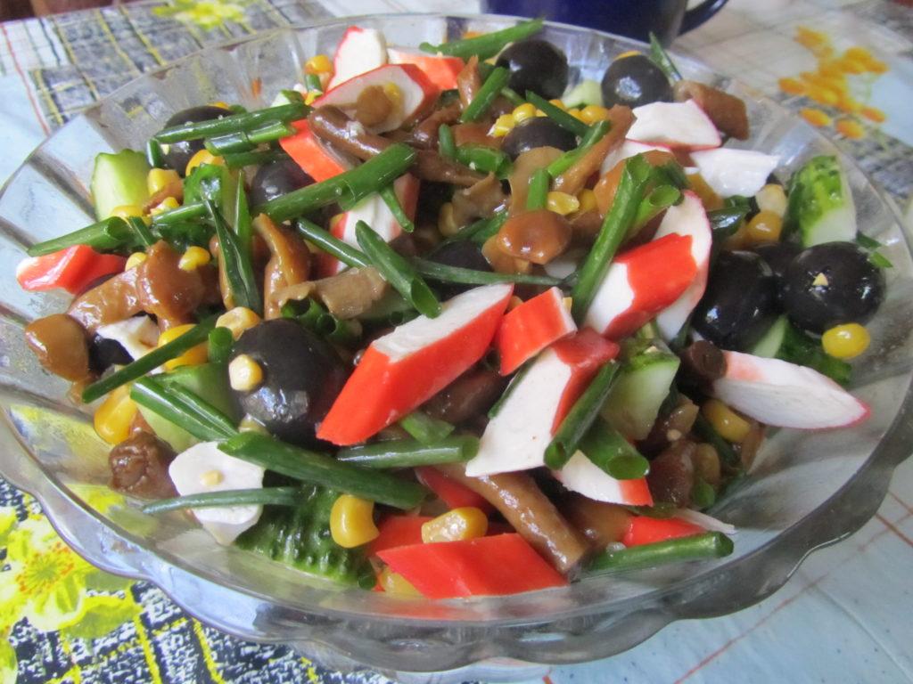 Рецепты вкусных салатов с кукурузой и опятами, вешенками, лисичками