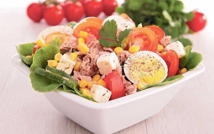 салат с кукурузой и перепелиными яйцами