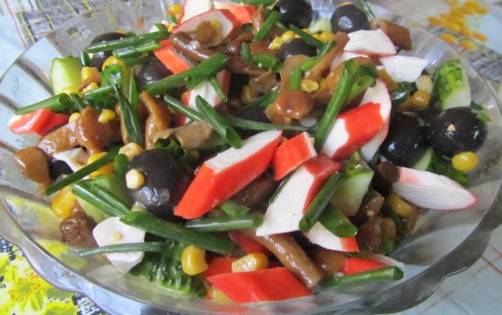 салат с опятами кукурузой