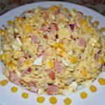Как приготовить салаты с кукурузой и фунчозой, макаронами, роллтоном, мивиной