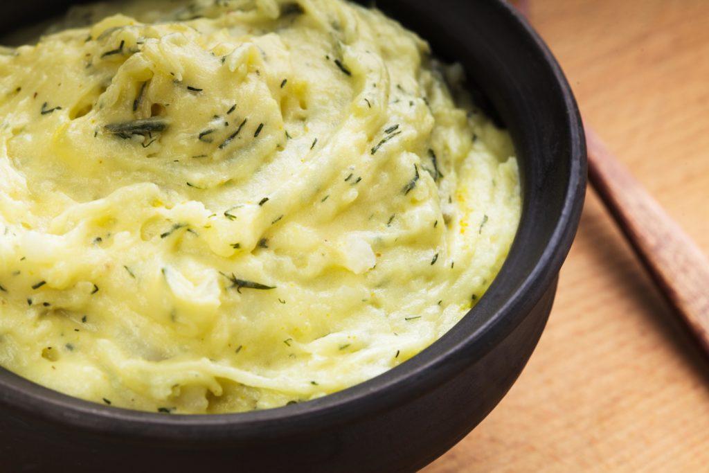Блюда с укропом: картофельное пюре, омлет, оладьи из кабачков