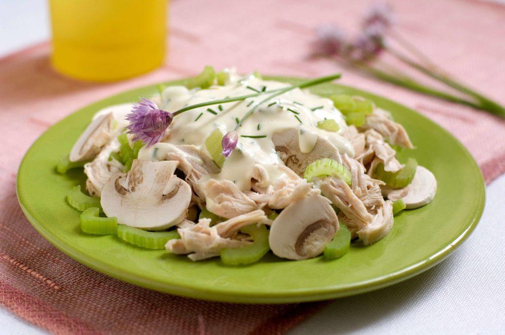 Рецепты салатов с курицей, сельдереем и грибами, сыром, яйцом