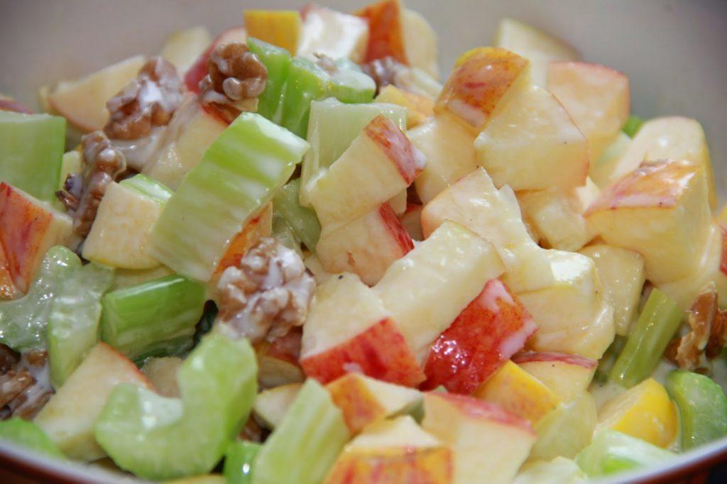 Рецепты салатов с сельдереем, яблоком и ананасом, бананом, виноградом