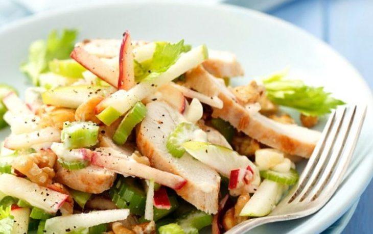 рецепт салата из курицы с сельдереем и яблоком
