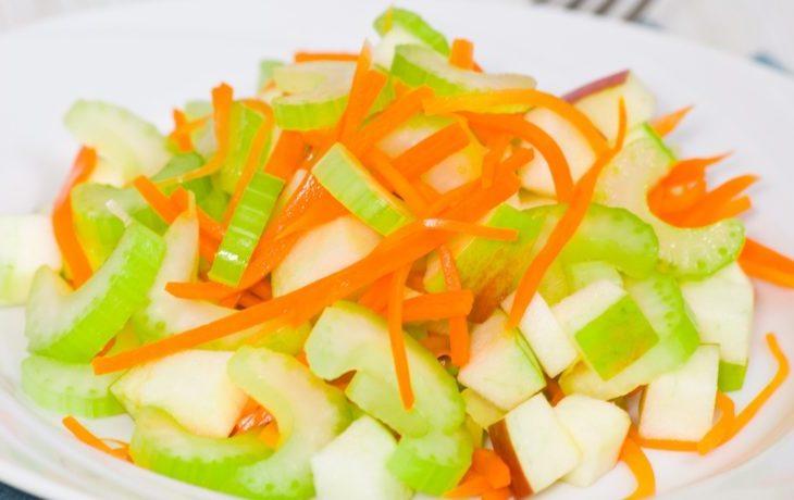 рецепт салата со стеблевым сельдереем и яблоком