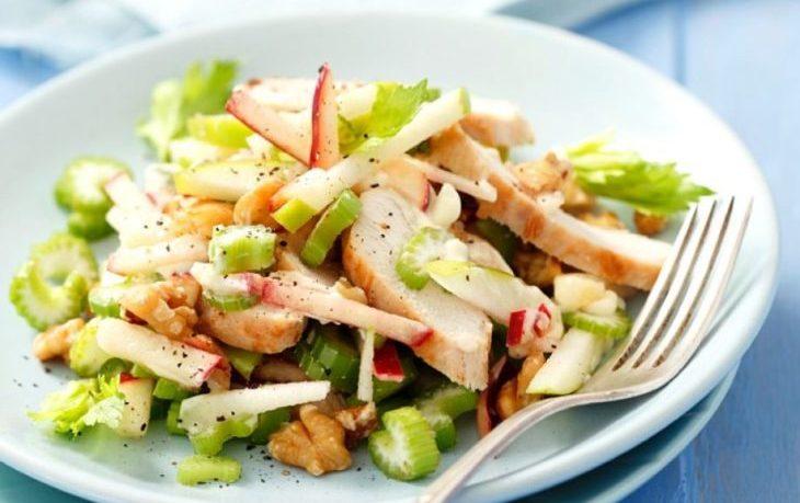 рецепт салата с сельдереем и копченой курицей
