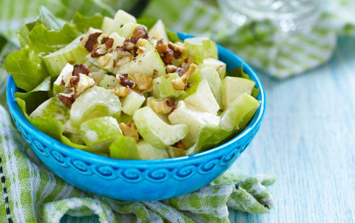 салат из сельдерея с яблоками и орехами