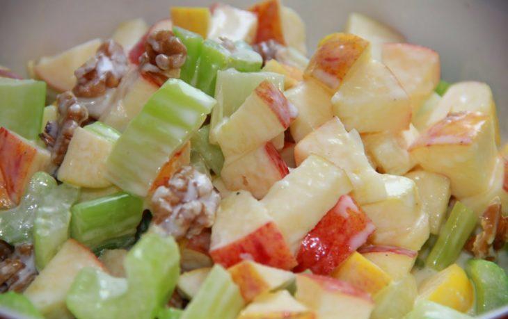 салат с сельдереем, яблоком, сыром, майонезом