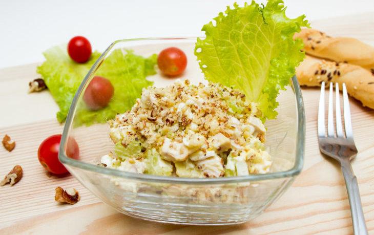рецепт салата с тунцом, сельдереем, яблоком