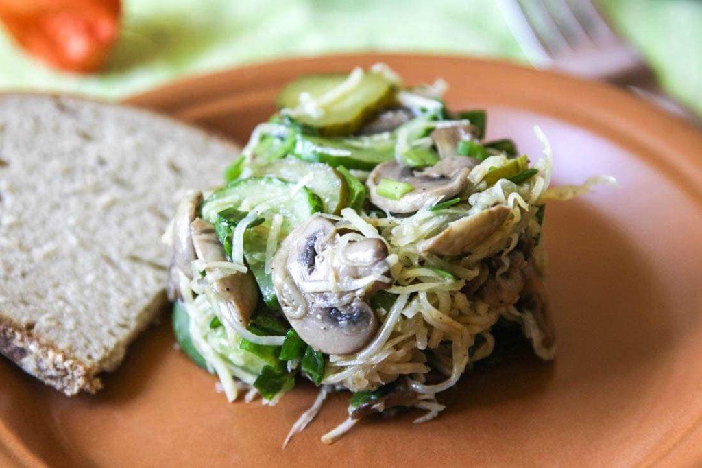 Какой салат можно сделать из сельдерея с грибами, горошком, редькой