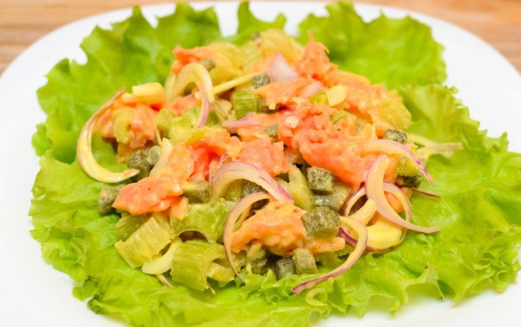 рецепт салата с красной рыбой и сельдереем
